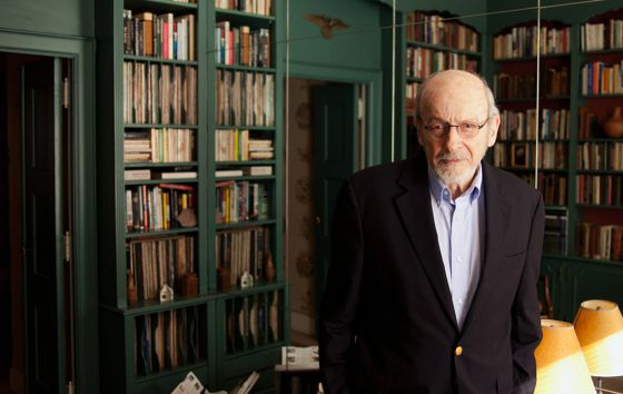 El escritor estadounidense E.L.Doctorow en su casa de Manhattan. / PASCAL PERICH