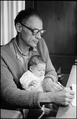 Arthur Miller, con su hija Rebecca en el regazo, retratado en 1962 por su esposa, Inge Morath. / INGE MORATH (MAGNUM)