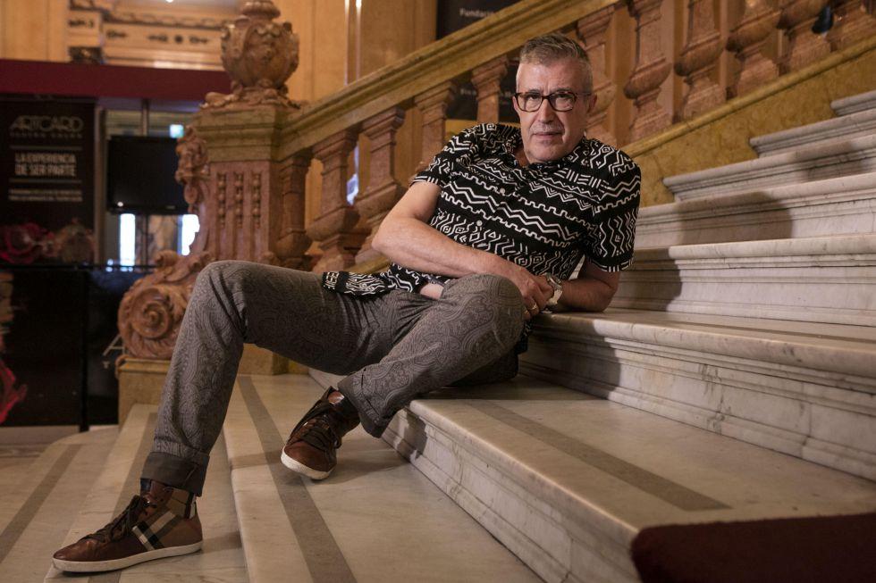 El director Emilio Sagi en la escalinata de marmol del Teatro Colón de Buenos Aires