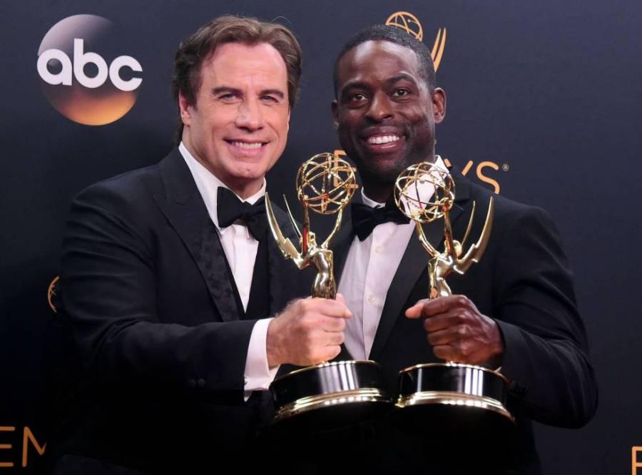 John Travolta y Sterling K. Brown con dos de los premios de 'The people vs. OJ Simpson'.