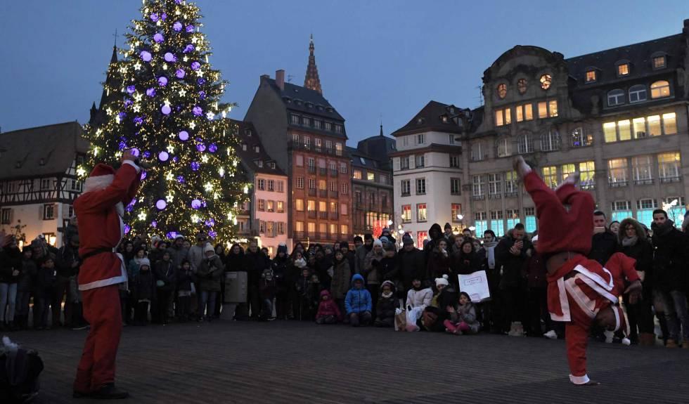 Dos artistas callejeros vestidos de Papá Noel en Estrasburgo (Francia).