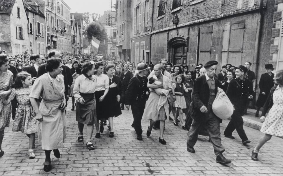 Una mujer es abucheada en Chartres (cerca de París) tras haber sido rapada por haber tenido un hijo con un soldado alemán, en agosto de 1944.
