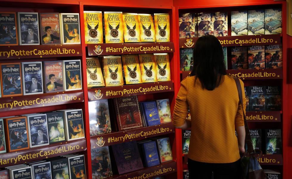 Varios libros en castellano de la saga de Harry Potter, en una librería.