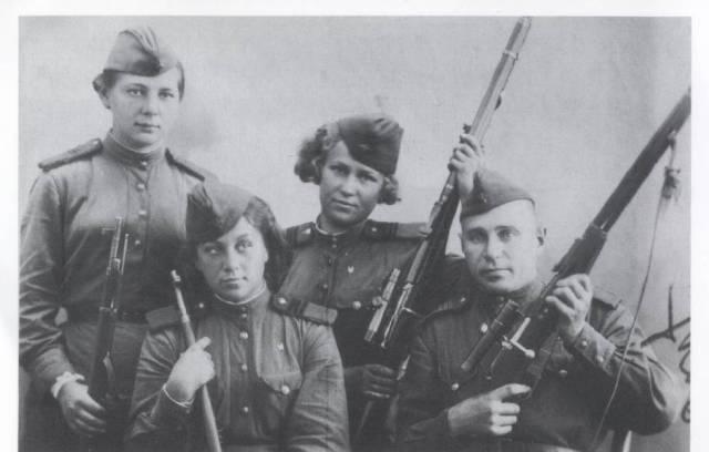 Las francotiradoras Kiseliova, Bulátova y Morózova y un colega varón, en 1944.