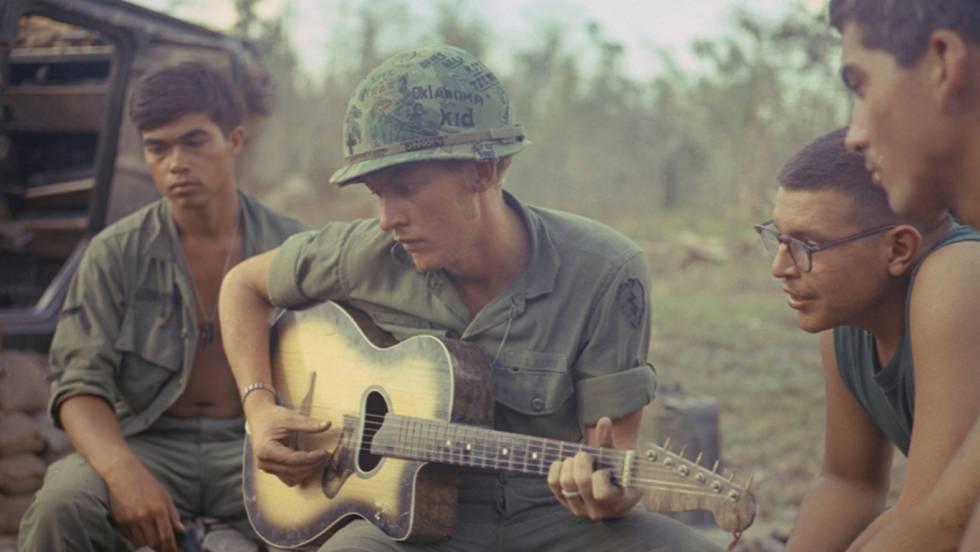 Un soldado estadounidense con la guitarra en Vietnam.