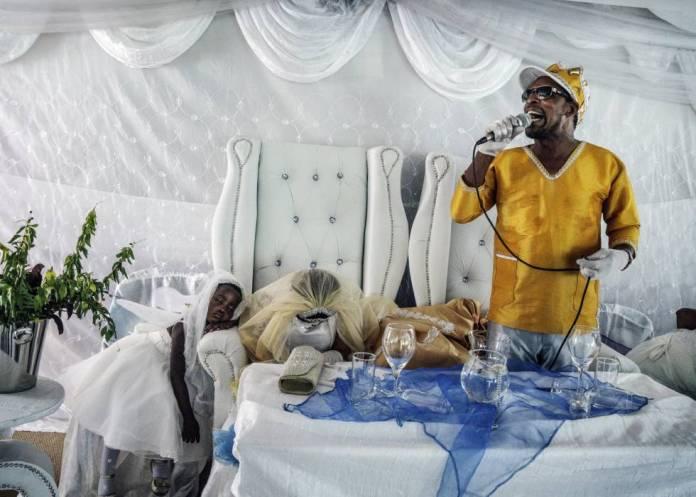 Moisés Hlongwane profere um sermão em seu casamento com uma de suas discípulas.