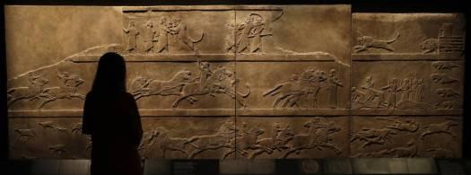 Relieve del rey Asurbanipal en la cacería de un león, en el Museo Británico.
