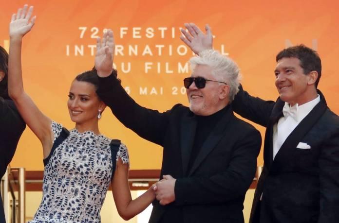 Desde la izquierda, Penélope Cruz, Pedro Almodóvar y Antonio Banderas, a su llegada a la presentación de 'Dolor y gloria' en el Festival de Cannes.