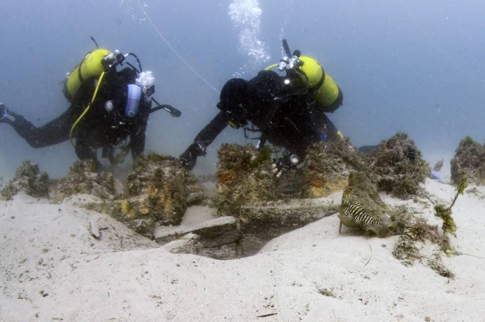 Dos arqueólogos subacuáticos trabajan sobre el pecio del 'San Giacomo de Galizia'.