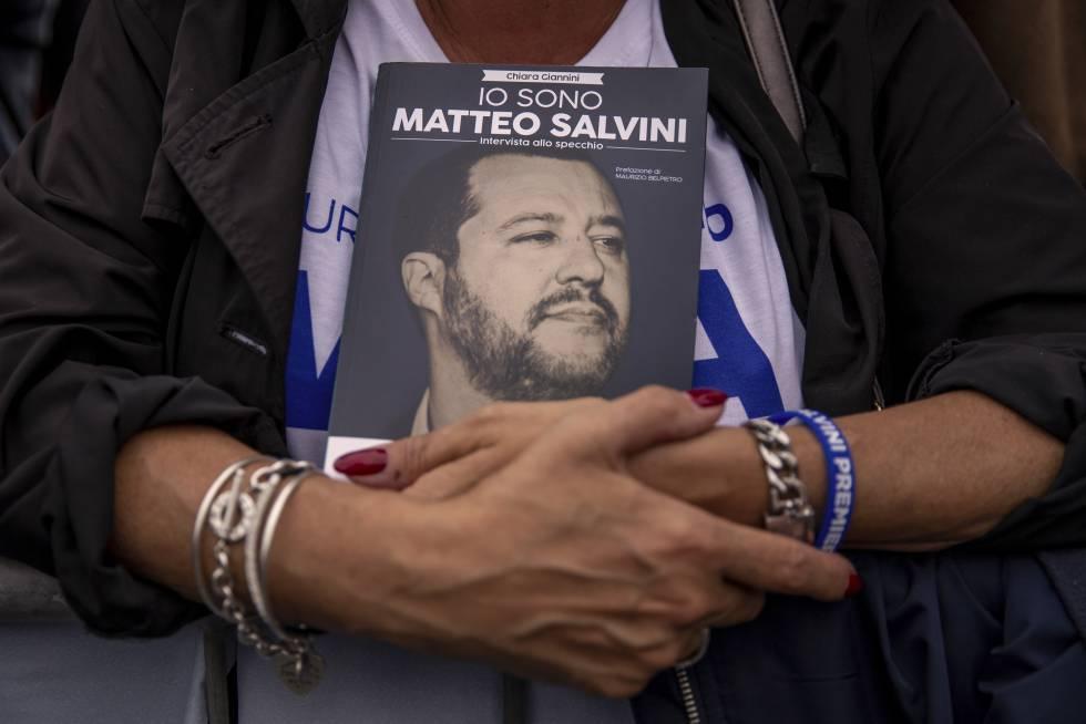 Uma seguidora de Matteo Salvini durante um comício.