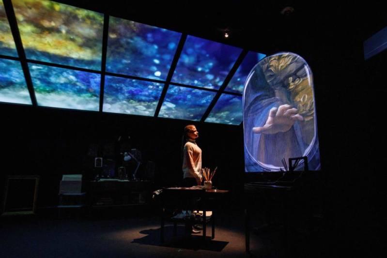Una trabajadora de la National Gallery observa la proyección de la pintura 'La Virgen de las Rocas', de Leonardo Da Vinci.