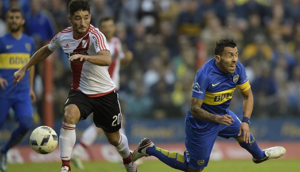 Milton Casco (River) y Carlos Tevesz (Boca), en el último clásico.