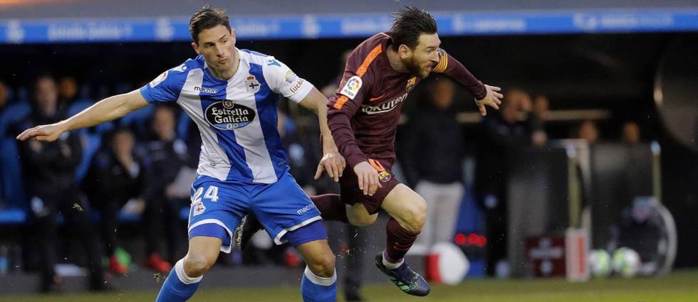 Messi, con Schar, en Riazor.