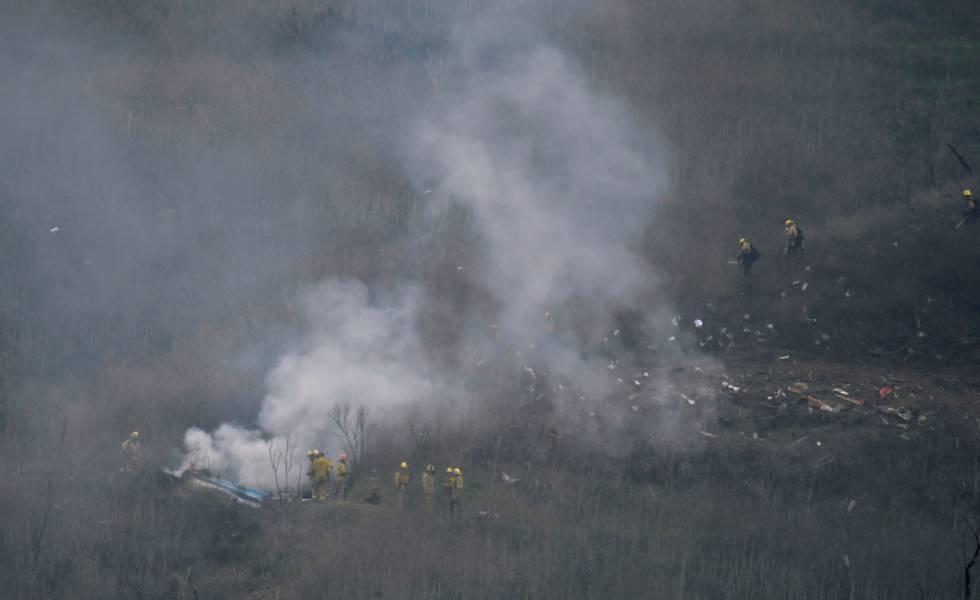 Bomberos en la escena del accidente del helicóptero.