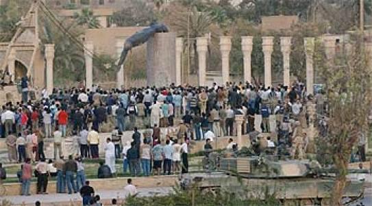 Una grúa estadounidense derriba la estatua de Sadam Husein colocada en una céntrica plaza de la capital iraquí.
