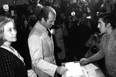 El rey Juan Carlos, acompañado por la reina Sofía, deposita su voto en el referéndum sobre la Constitución española, en 1978.