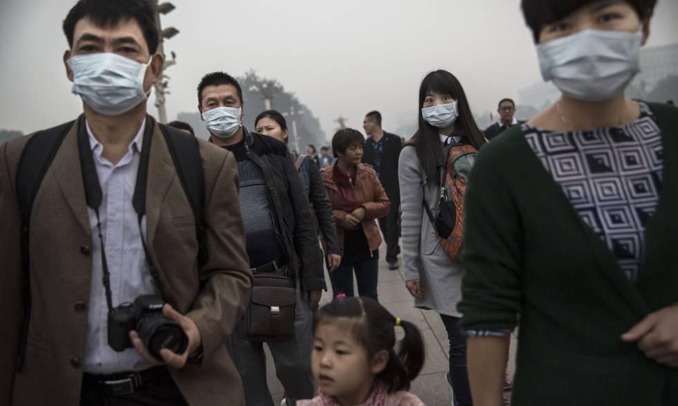 Ciudadanos chinos en Pekín durante una ola de contaminación en 2015.