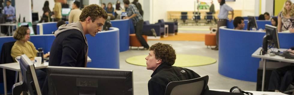 Justin Timberlake (interpretando a Sean Parker) y Jesse Eisenberg (interpretando a Mark Zuckerberg), en la película 'La red social'
