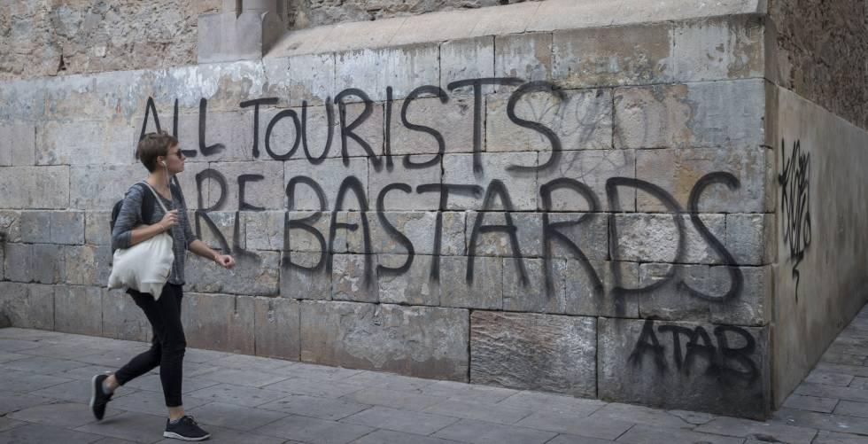 Pichações contra o turismo em Barcelona.