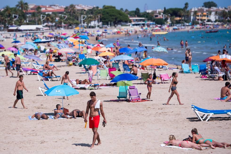 La playa de Cambrils, horas después del atentado.