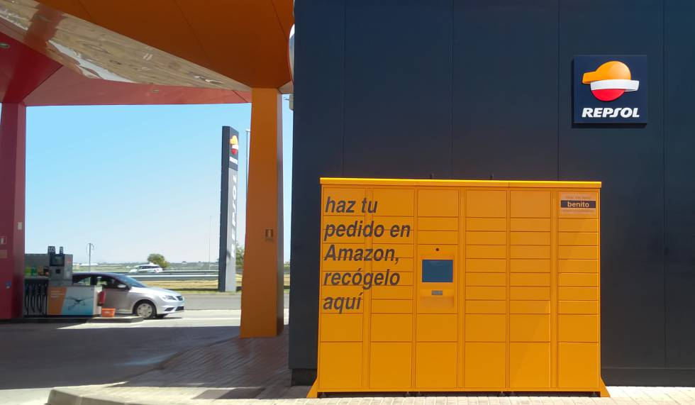 Una Amazon Locker en una gasolinera de Repsol.