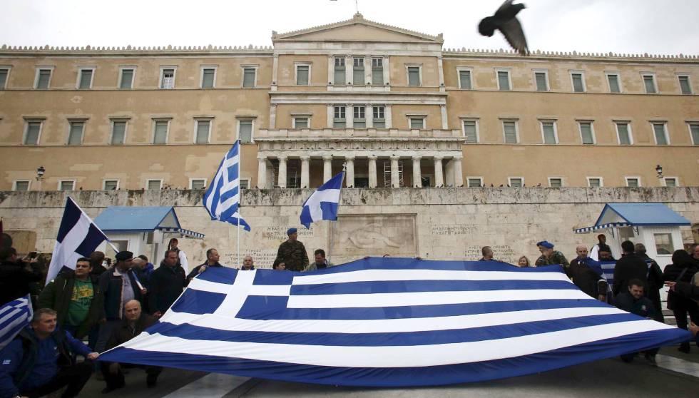 Manifestantes frente al Parlamento griego en contra del uso de Macedonia por la república yugoslava.
