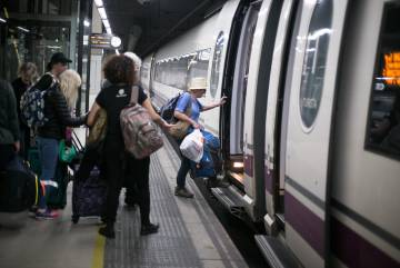 Usuarios del AVE, en la estación de Sants de Barcelona.