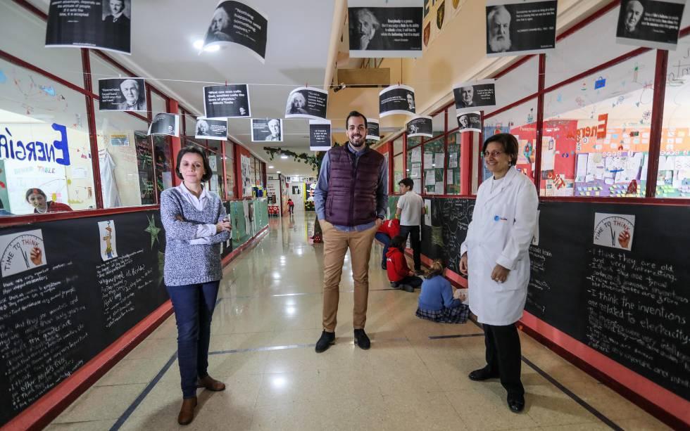 El director de la Escuela Trilema El Pilar, Miguel García, con dos docentes.