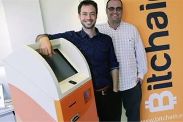 Joaquim Fenoy (derecha) con un cajero de Bitchain