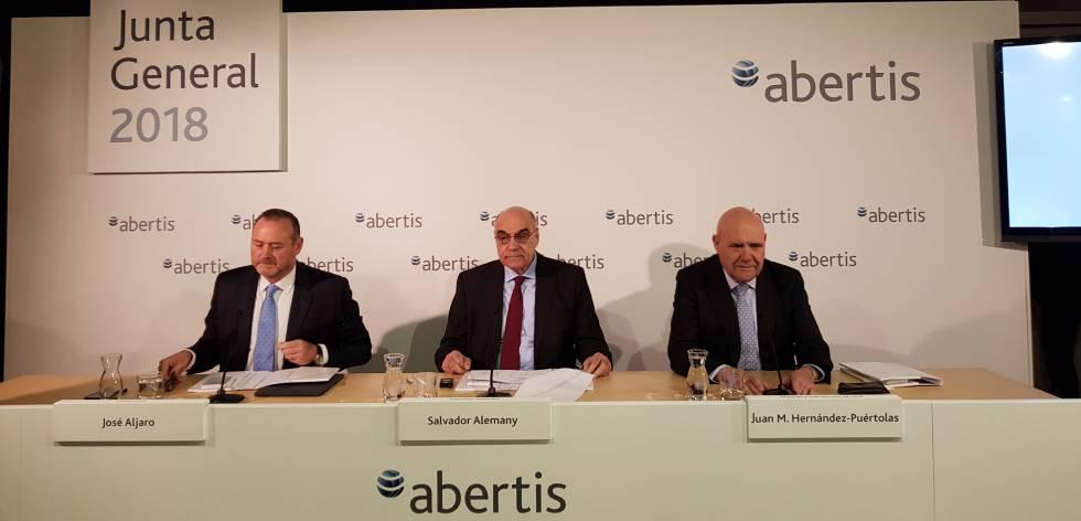 El presidente de Abertis, Salvador Alemany, (centro)..
