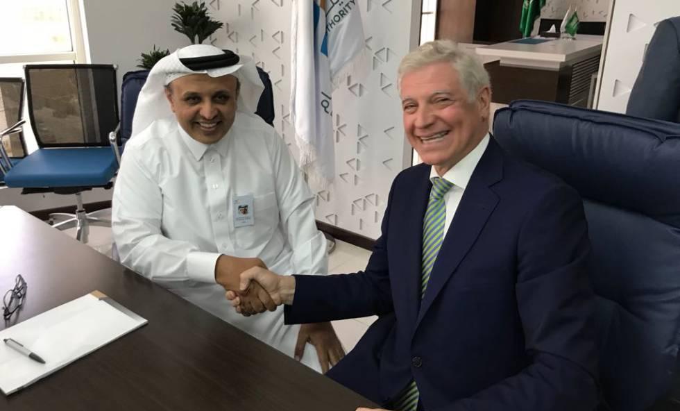 El presidente de SRO, Rumaih Mohammed Al Rumaih (D), estrecha la mano al presidente del consorcio español Al Shoula, Jorge Segrelles, tras la firma del acuerdo.