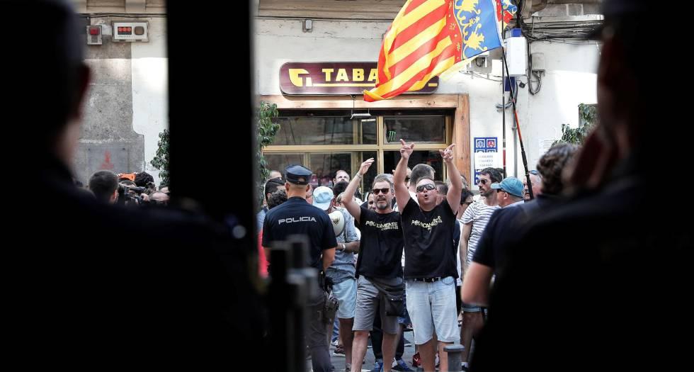 Un centenar de taxistas increpa al ministro de Fomento en el Palau de la Generalitat Valenciana.