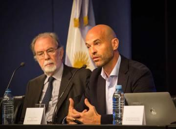 El ministro de Transporte, Guillermo Dietrich (izquierda), presenta el plan de fideicomiso para financiar obra pública.