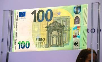 El nuevo billete de 100 euros expuestos este lunes en la sede del Banco Central Europeo (BCE) en Fráncfort (Alemania).