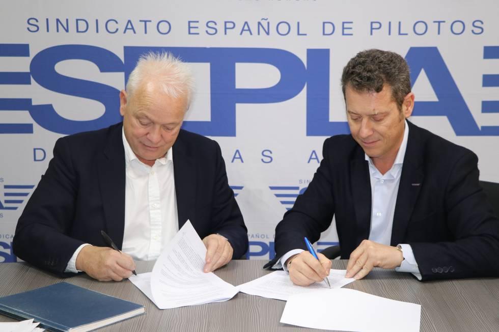 Eddie WIlson (I), de Ryanair y Óscar Sanguino, de Sepla, firman el acuerdo.