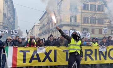 Protesta de taxistas contra Uber en Turín.
