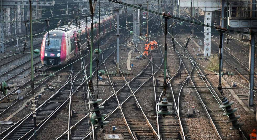 Trabajos de mantenimiento en las vías cerca de la Gare de l'Est de París, el 21 de febrero.