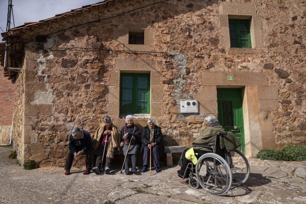 Vecinas de Moncalvillo, Burgos, se reúnen por la tarde para tomar el sol y charlar.