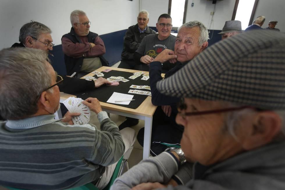 Jubilados jugando a las cartas en Badia del Vallès (Barcelona).