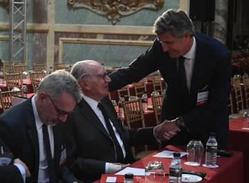 Francisco Riberas (de pie), saluda a Mariano Puig, en presencia de su hijo Marc.
