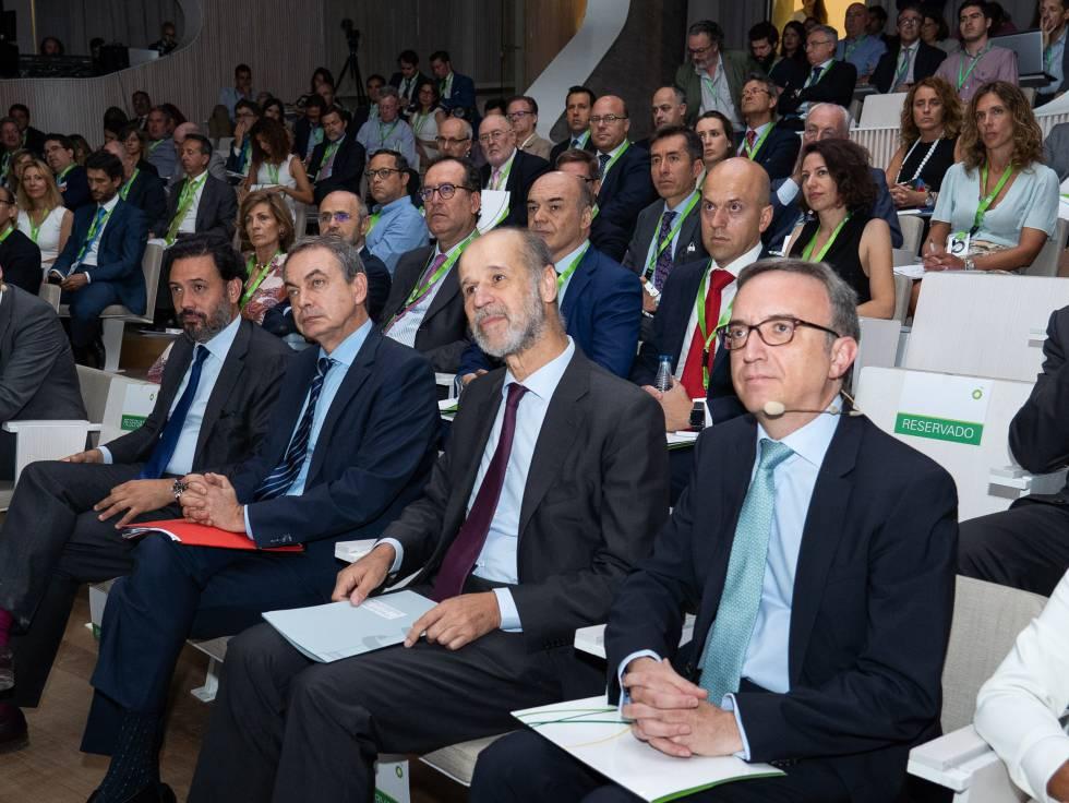 José Luis Rodríguez Zapatero, entre el diputado del PP Guillermo Mariscal y el secretario de Estado de Energía, José Domínguez Abascal. Al lado de este, Luis Aires, presidente de BP España.