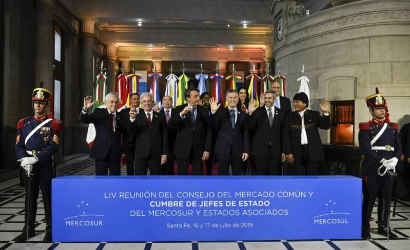 Los presidentes del Mercosur y sus dos países asociados, Chile y Bolivia, posan para la foto de familia tras la cumbre de jefes de Estado realizada en Santa Fe, Argentina.