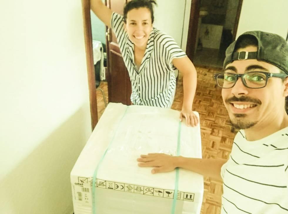 Nuria Serrano, con uno de sus compañeros el día de la mudanza.