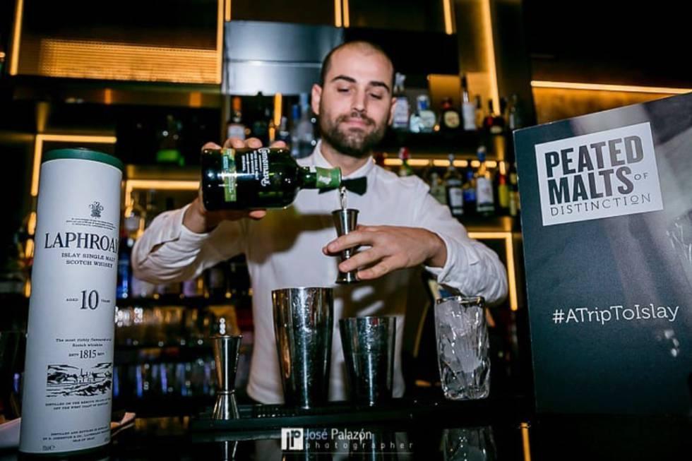 El barman alicantino Carlos Borrell, preparando una de sus creaciones.