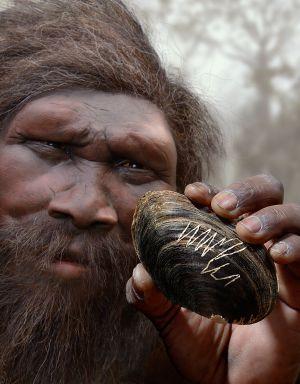 Un 'Homo erectus' sostiene la concha con el grabado original en una reconstrucción.