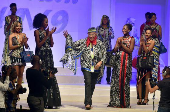 El diseñador Alphadi, en el centro de la imagen, en el Festival Internacional de Moda Africana celebrado el año pasado.
