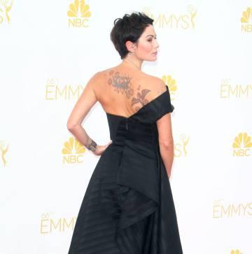 Lena Headey (Cersei Lannister) exibe uma de suas várias tatuagens, que tem de esconder na série.
