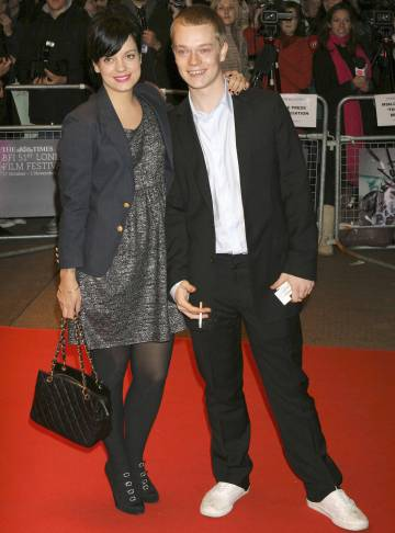 A cantora Lily Allen com seu irmão Alfie, o sofredor Theon Greyvoy de 'Game of Thrones'.