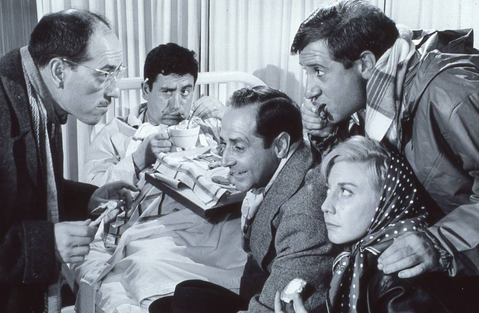 De izquierda a derecha: José Luis López Vázquez, Cassen, Manuel Alexandre, Alfredo Landa y Gracita Morales en la película de José María Forqué 'Atraco a las 3' (1962).