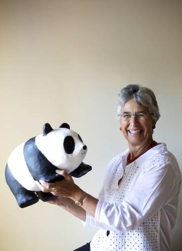 Yolanda Kakabadse sostiene un oso panda, el símbolo de WWF.
